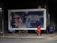 """שלט חוצות המקדם את """"הכתר"""" בלונדון / צילום: Associated Press, Matt Dunham"""