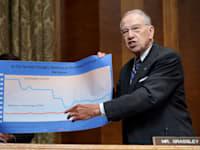 הסנטור צ'אק גרסלי בדיוני התקציב. רגולציה הדוקה יותר / צילום: Associated Press, Greg Nash