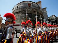 המשמר השווייצרי צועד מול בנק הוותיקן / צילום: Reuters, Tony Gentile