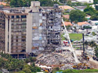 מגדל הדירות שקרס במיאמי ביץ', שבת / צילום: Associated Press, Gerald Herbert
