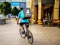 """שליח של חברת משלוחי האוכל """"דליברו"""" / צילום: Shutterstock"""
