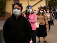 """תור לבדיקת קורונה בלוס אנג'לס, ארה""""ב. משקי בית בארה""""ב הוסיפו 13.5 טריליון דולר בעושר בשנה שעברה / צילום: Associated Press, Jae C. Hong"""