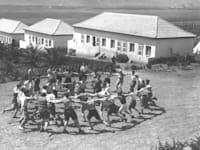 """רוקדים הורה בעין חרוד, 1936. האם זהות המדינה גורמת לתושבים שעזבו לחזור? / צילום: לוטן קלוגמן - לע""""מ"""