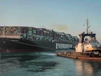 """האוניה הטייוואנית """"Ever given"""" בתעלת סואץ. אפריל, 2021 / צילום: Associated Press"""