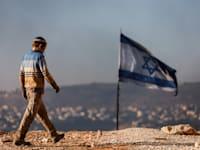 תושב אביתר צועד לכיוון הכניסה ליישוב / צילום: Reuters, Amir Cohen