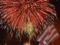 זיקוקי יום העצמאות מעל נהר סוואנה בדרום קרוליינה, שבת
