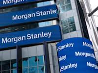 """מטה מורגן סטנלי בניו יורק. ממובילי ההגדלה בדיבידנדים בקרב הבנקים בארה""""ב / צילום: Associated Press, Mark Lennihan"""
