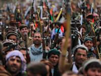אנשי מיליציה אפגניים מצטרפים לכוחות ההגנה והביטחון במדינה / צילום: Associated Press, Rahmat Gul