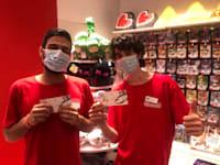 עובדי נינטנדו עם כרטיסי קולנוע בדיזנגוף סנטר / צילום: שרון דבורקין