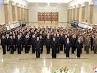 מנהיג צפון קוריאה קים ג'ונג און וחברי הפוליטביורו ביום לציון מותו של קים איל-סונג / צילום: Associated Press, Korean Central News Agency/Korea News Service