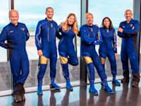 ריצ'רד ברנסון לצד הצוות שיצא איתו לטיסה הקצרה לחלל / צילום: Associated Press, Virgin Galactic