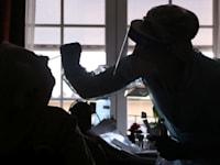 בדיקות לקורונה בבית אבות בבלגיה / צילום: Reuters