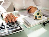 בטיוטת חוק ההסדרים מוצע להעלות את תעריפי הארנונה למגורים ב-1.5% במהלך מדורג במשך עשור / צילום: Shutterstock, Andrey_Popov
