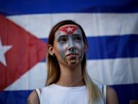 אישה מפגינה נגד הממשל בקובה ליד ארגון ההגירה הבינלאומי במקסיקו / צילום: Reuters, Jose Luis Gonzalez