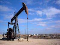 הפקת נפט / צילום: Shutterstock, Richard Thornton