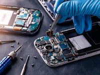 תיקון טלפון חכם / צילום: Shutterstock