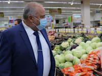 שר האוצר, אביגדור ליברמן לקח הפסקה בין דיונים על מנת להגיע לסופר בירושלים ולבחון את מחירי הפירות והירקות / צילום: תמונה פרטית