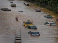 כביש מוצף בעיר הגרמנית ארפשטדט לאחר שנהר ארפט עלה על גדותיו / צילום: Associated Press, Michael Probst