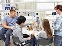החינוך המקצועי בישראל, בהבדל ממעמדו במדינות רבות, נתפס כחינוך לשכבות החלשות / צילום: Shutterstock, industryviews
