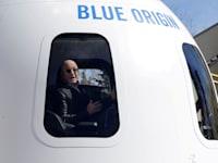 ג'ף בזוס בתוך החללית של ''בלו אוריג'ין'', 2017 / צילום: Reuters, Isaiah Downing