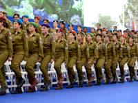 חיילים וחיילות צועדים במסגרת טקס הענקת אותות לחיילים מצטיינים במהלך חגיגות יום העצמאות ה-66 למדינת ישרא / צילום: haim zach לעמ