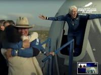 בזוס לאחר הנחיתה של החללית / צילום: Reuters, Blue Origin/Handout