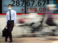 """מדד הניקיי היפני, טוקיו. שוקי המניות באסיה נסוגו בחודש שעבר כשהמשקיעים חששו מהחרפת האינפלציה בארה""""ב / צילום: Associated Press, Eugene Hoshiko"""