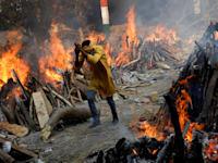 שריפת גופות  של מתי קורונה בניו דלהי, אפריל / צילום: רויטרס, Adnan Abidi