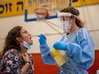 בדיקת קורונה PCR בבנימינה / צילום: Associated Press, Ariel Schalit