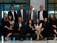 עורכי הדין עפר בר-און ורון צין ביחד עם חלק מהצוות המצטרף למשרד תדמור לוי / צילום: תומר יעקבסון