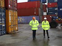 ראש הממשלה בוריס ג'ונסון ושר האוצר רישי סונאק בנמל במידלסברו, בריטניה / צילום: Associated Press, Scott Heppell