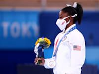 """סימון ביילס עם מדליית הכסף שקיבלה נבחרת ארה""""ב בהתעמלות קבוצתית / צילום: Reuters, Lindsey Wasson"""
