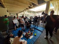 """עשרות יוצרים ואנשי תעשיית הטלויזיה הפגינו מול משרד התקשורת / צילום: שח""""ם ארגון השחקנים"""