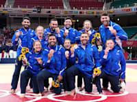 חברי נבחרת הג'ודו הישראלית לאחר טקס חלוקת המדליות / צילום: Associated Press, Vincent Thian