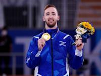 ארטיום דולגופיאט מקבל את מדליית הזהב בהתעמלות באולימפיאדת טוקיו / צילום: Reuters, Mike Blake