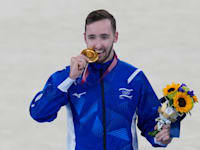 ארטיום דולגופיאט מקבל את מדליית הזהב בהתעמלות באולימפיאדת טוקיו / צילום: Associated Press, Gregory Bull