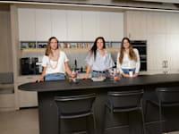 מימין: ליאור מגדל-נחום, נופר אשכנזי, קארן שיף. במטבחון של סלופארק / צילום: איל יצהר
