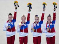 קבוצת הוועד האולימפי הרוסי בקרב רב קבוצתי חוגגת את הזכייה בזהב / צילום: Associated Press, Natacha Pisarenko