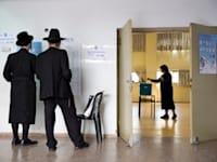 מצביעים בבחירות האחרונות בבני ברק. המדינה נסוגה ממימוש ריבונותה / צילום: Associated Press, Oded Balilty