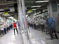 עובדים במפעל בווהאן, סין, בשבוע שעבר / צילום: Associated Press, Fred Dufour