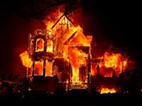 בית עולה באש במהלך השריפות הקשות בקליפורניה בספטמבר 2020 / צילום: Reuters, Stephen Lam