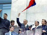 בוריס ילצין חוגג את נצחונו על המשטר הקומוניסטי / צילום: Associated Press, ITAR TASS