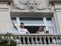 ליונל מסי ומשפחתו מנופפים למעריצים אחרי שהגיעו לפריז / צילום: Associated Press, Adrienne Surprenant