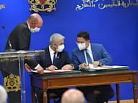 שר החוץ יאיר לפיד ושר החוץ המרוקאי חותמים על ההסכמים / צילום: שלומי אמסלם לע''מ