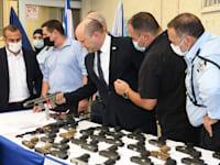 כלי נשק שהוחרמו מארגוני פשיעה מוצגים בהשקת תוכנית לאומית להתמודדות עם הפשיעה במגזר הערבי / צילום: עמוס בן גרשום, לע''מ