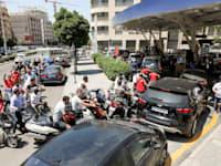 משבר האנרגיה בלבנון: תור למילוי דלק בתחנה בביירות / צילום: Reuters, MOHAMED AZAKIR