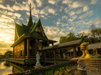 מנזר צ'ט מאהא צ'די קאווה, שעשוי כולו מבקבוקי זכוכית / צילום: Shutterstock