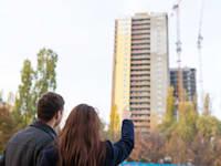 זוג צעיר מסתכל על דירה / צילום: Shutterstock