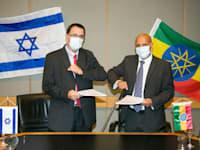 מימין: מנכ''ל אתיופיאן איירלינס טוולד גברמריאם וסמנכ''ל התעשייה האווירית ומנהל חטיבת תעופה, יוסי מלמד / צילום: אלון רון, התעשייה האווירית