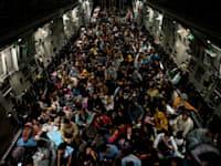 פליטים מאפגניסטן שהצליחו לעלות על מטוס C-17 אמריקאי / צילום: Reuters, Staff Sgt. Brandon Cribelar/U.S. Marine Corps